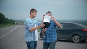 Dos hombres hacen trato La compra o alquila un coche venta del seguro de coche del concepto de los coches usados almacen de metraje de vídeo