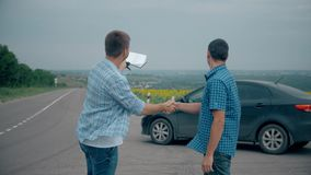 Dos hombres hacen trato La compra o alquila un coche venta del seguro de coche del concepto de los coches usados metrajes