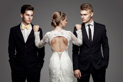 Dos hombres hermosos y novia hermosa, estudio fotos de archivo libres de regalías