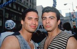 Dos hombres hispánicos en el acontecimiento de Cinco de Mayo foto de archivo