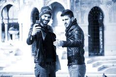 Dos hombres jovenes están tirando Selfie Imagen de archivo