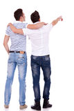 Dos hombres jovenes que señalan en el somethin Imagen de archivo libre de regalías