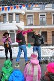 Dos hombres luchan en la etapa para la diversión, niños miran la demostración Fotos de archivo libres de regalías