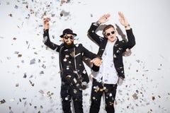 Dos hombres que bailan en partido imagenes de archivo