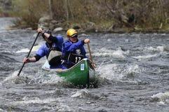 Dos hombres que baten una canoa en Hudson River White Water Derby fotografía de archivo