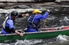 Dos hombres que baten una canoa en Hudson River White Water Derby en la cala del norte en las montañas de Adirondack del Estado d fotos de archivo