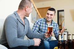 Dos hombres que beben la cerveza Imagen de archivo