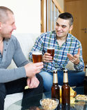 Dos hombres que beben la cerveza Fotografía de archivo libre de regalías