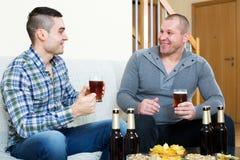 Dos hombres que beben la cerveza Foto de archivo libre de regalías