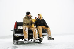 Dos hombres que comen una cerveza en el carro fotos de archivo libres de regalías