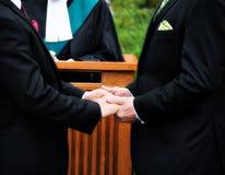 Dos hombres que consiguen casados fotografía de archivo libre de regalías