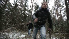 Dos hombres que corren a través del bosque Cámara lenta metrajes