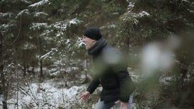 Dos hombres que corren a través del bosque Cámara lenta almacen de video