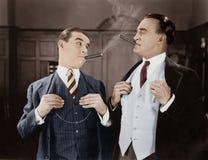 Dos hombres que fuman los cigarros Imagenes de archivo