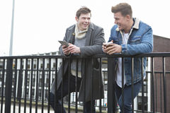 Dos hombres que hablan en la ciudad Foto de archivo