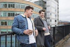 Dos hombres que hablan en la ciudad Imagen de archivo libre de regalías