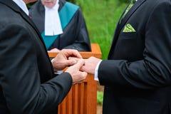 Dos hombres que intercambian los anillos fotos de archivo libres de regalías