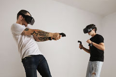 Dos hombres que luchan en vidrios de VR Fotografía de archivo libre de regalías