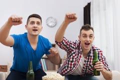 Dos hombres que miran el partido de fútbol foto de archivo libre de regalías