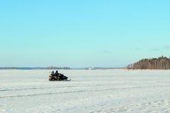 Dos hombres que montan en un invierno de la moto de nieve Fotografía de archivo libre de regalías