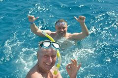 Dos hombres que nadan en el mar Imágenes de archivo libres de regalías