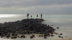 Dos hombres que pescan en la costa almacen de metraje de vídeo