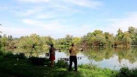 Dos hombres que pescan síncrono