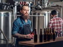 Dos hombres que presentan la cerveza del arte en el microbrewery Fotos de archivo libres de regalías