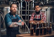 Dos hombres que presentan la cerveza del arte en el microbrewery Fotografía de archivo