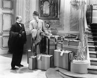 Dos hombres que se colocan en el vestíbulo con muchas maletas (todas las personas representadas no son vivas más largo y ningún e Fotografía de archivo libre de regalías