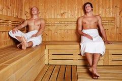 Dos hombres que se relajan en sauna imagen de archivo