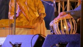 Dos hombres que tocan los tambores y la flauta indios tradicionales del tabla metrajes
