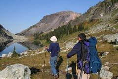 Dos hombres que van de excursión en el lago ring Imagen de archivo libre de regalías