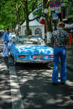 Dos hombres se vistieron en el estilo de la mirada de 70 ` s en el SE de Mercedes-Benz 220 Fotografía de archivo libre de regalías