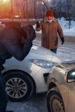 Dos hombres trastornados después del choque de coche en la calle de la ciudad Imagen de archivo libre de regalías