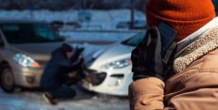 Dos hombres trastornados en la calle de la ciudad del invierno Fotografía de archivo libre de regalías