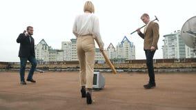 Dos hombres y una muchacha en trajes van al monitor a romperlo Un martillo, un palo, violencia, odio, anarquía, destrucción, teja almacen de video