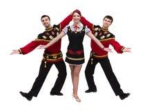 Dos hombres y una mujer que llevan una presentación rusa popular del traje Imagen de archivo libre de regalías