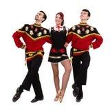 Dos hombres y una mujer que llevan una presentación rusa popular del traje Imagenes de archivo