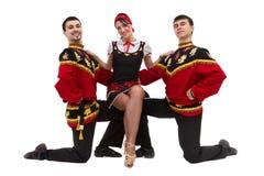 Dos hombres y una mujer que llevan una presentación rusa popular del traje Foto de archivo libre de regalías