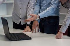 Dos hombres y una mujer que trabaja en un proyecto corporativo Hombre en el b Foto de archivo libre de regalías