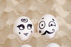Dos huevos con caras pintadas, una señora y un caballero Imagen de archivo libre de regalías