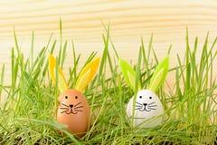 Dos huevos con los oídos decorativos del conejito Fotos de archivo
