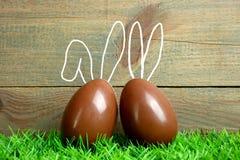 Dos huevos de chocolate con los oídos del conejito Imágenes de archivo libres de regalías