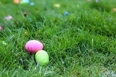 Dos huevos de Pascua en hierba Imágenes de archivo libres de regalías