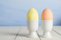 Huevos de Pascua pintados en tazas Fotografía de archivo libre de regalías