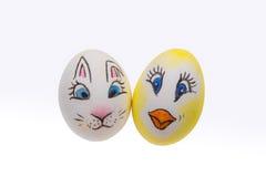 Dos huevos de Pascua pintados en un fondo blanco Fotos de archivo