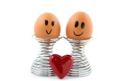 Dos huevos en tenedor del huevo en amor Imagen de archivo libre de regalías