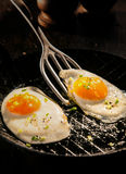 Dos huevos fritos de la gama libre deliciosa Imágenes de archivo libres de regalías