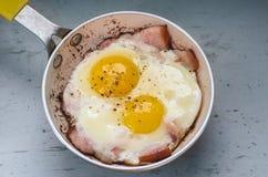 Dos huevos fritos en un sartén Imagen de archivo libre de regalías